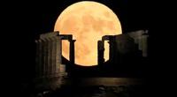 Ảnh thế giới 7 ngày qua: Trăng tròn như cái đĩa mọc phía sau đền cổ