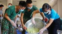 Bộ đội nấu cơm phục vụ người cách ly