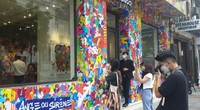 Giới trẻ xếp hàng vào xem tranh hơn 2 tỷ đồng của huyền thoại graffiti gốc Việt Cyril Kongo