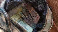 Nhặt túi xách chứa gần 90 triệu đồng, người đàn ông gặp công an nhờ truy tìm người đánh mất