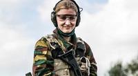 Công chúa Bỉ xinh đẹp hăng say tham gia huấn luyện quân sự
