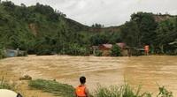 Cảnh sát đu dây giải cứu 6 người mắc kẹt trong nước lũ