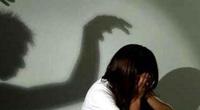 Bảo vệ trường tiểu học bị tố hiếp dâm bé gái, quay clip