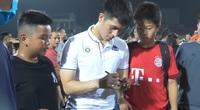Hàng trăm fan hâm mộ vây kín Đoàn Văn Hậu, Duy Mạnh, Đình Trọng trên sân Hàng Đẫy