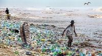 Kinh hoàng cảnh rác thải nhựa tràn ngập bãi biển xinh đẹp