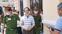 """Thủ lĩnh băng nhóm """"Triều đại Việt"""", Nguyễn Khanh, vẻ mặt thất thần khi bị tuyên án 24 năm tù vì tội khủng bố"""