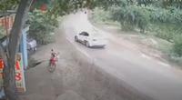 """Clip: Tài xế ô tô Mazda """"ôm cua"""" tốc độ cao mất lái, văng ra lề đường"""