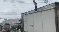 Người đàn ông ngáo đá leo lên nóc xe tải, 'quậy' trên quốc lộ 13