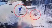 Video: Thanh niên vứt xe máy giữa đường, lao ra cứu em bé đang trôi xe