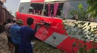 Xe chở học sinh va chạm với tàu hỏa, 3 người bị thương