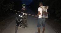 Táo tợn dùng xung điện đánh bắt cá uy hiếp người đi đường cướp tiền