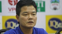 HLV Nguyễn Văn Sỹ đáp trả khi bị tố làm xấu sân tiếp Hà Nội FC