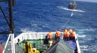 Cứu 14 ngư dân gặp nạn trên biển, cách bờ 200km
