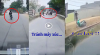Clip: Tránh máy xúc sang đường ẩu, xe máy nhào lộn trên không như phim hành động