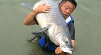 """Clip: Gay cấn cảnh chinh phục """"thủy quái"""" cá trắm đen nặng gần 75kg của cựu cần thủ"""