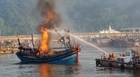 Đà Nẵng hỗ trợ các tàu Bình Định bị cháy ở Âu thuyền Thọ Quang mùng 3 Tết