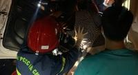 Cảnh sát cắt cabin xe tải giải cứu 2 người mắc kẹt