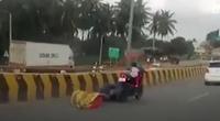 Clip: Thót tim bé gái thoát nạn thần kỳ sau va chạm giao thông