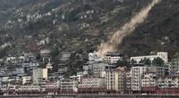 Clip: Hàng trăm tảng đá lăn ầm ầm từ trên đỉnh núi xuống đè nát nhà dân, nhiều người thương vong