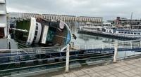 Quảng Ninh: Tàu du lịch đang neo đậu, bất ngờ bị lật nghiêng