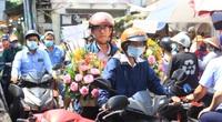 Đàn ông kéo nhau đi mua hoa trưa ngày 8/3, chợ hoa Sài Gòn kẹt cứng