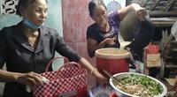 Nấu cơm miễn phí phục vụ các chiến sĩ xuyên đêm làm căn cước công dân