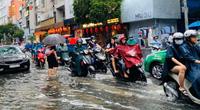 """Mưa lớn gây ngập, người Sài Gòn lại """"bơi"""" tìm đường về nhà"""