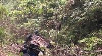 Xe taxi lao xuống vực sâu 100m, 4 người thương vong