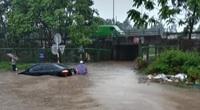"""Ô tô, xe máy """"bơi"""" trong """"biển nước"""" trên Đại lộ Thăng Long sau trận mưa lớn"""