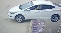 """Phát hoảng nữ tài xế lùi xe """"kinh điển"""", chênh vênh trên lan can đường"""