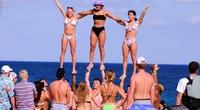Du lịch Hè 2021: Các bãi biển ken đặc bikini, bất chấp các quy định về giãn cách xã hội
