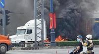 TP.HCM: Cháy dữ dội thân xe đầu kéo container trên Xa lộ Hà Nội, ùn tắc kéo dài 3km