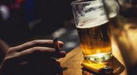Vì sao rất nhiều người hút thuốc khi đang uống rượu?