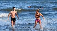 Nước Anh nới lỏng phong tỏa, hàng ngàn người đổ ra biển đón lễ Phục Sinh