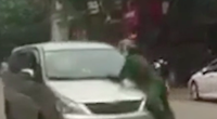Táo tợn lao ô tô vào tổ tuần tra rồi bỏ chạy, cảnh sát phải đu bám trên nắp ca pô hàng trăm mét