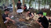 ẢNH-CLIP: Dù có biển cấm tụ tập, hồ Đồng Mô vẫn tấp nập người đến cắm trại