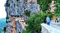 Tu viện ấn tượng nhất Hy Lạp với lối vào duy nhất bằng cầu trượt