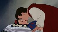 Những nụ hôn trong truyện cổ tích khiến phụ huynh lo lắng