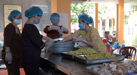 Hàng trăm suất cơm thiện nguyện được gửi đến viện K để chống dịch Covid-19