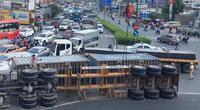 Xe container lật nhào tại vòng xoay ở TP Thủ Đức, nhiều người vứt xe bỏ chạy