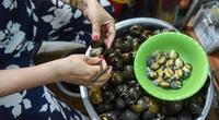 Hà Nội: Quán bún ốc nguội gia truyền 3 đời, bà chủ U70 gẩy ốc điệu nghệ như múa