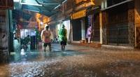 Mưa lớn, nhiều tuyến đường Hà Nội chìm trong nước, giao thông hỗn loạn