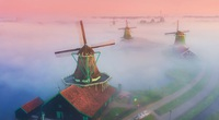 Tuyệt đẹp làng cối xay gió chìm trong sương mù huyền ảo