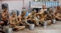 Hình ảnh một số người dân Ấn Độ dùng phân, nước tiểu bò để chữa Covid-19