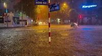 """Vì sao Hà Nội thành """"sông"""", giao thông tê liệt chỉ sau cơn mưa ngắn đầu mùa?"""