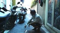 Hà Nội: Đường ngõ mới trải nhựa ở Trâu Quỳ (Gia Lâm), dựng xe máy mặt đường xuất hiện vết lún