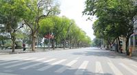 Đường phố trung tâm Hà Nội vắng vẻ, ít người qua lại vì nắng nóng và Covid-19
