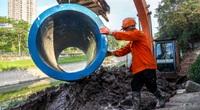 """Cận cảnh lắp đặt đường ống gom nước thải """"giải cứu"""" sông Tô Lịch"""