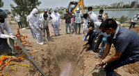 Kinh khủng: Tìm thấy hàng trăm thi thể bị chôn bên bờ sông ở Ấn Độ