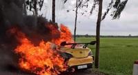 Xe ô tô bỗng bốc cháy ngùn ngụt khi đang di chuyển, tài xế bị thương nặng